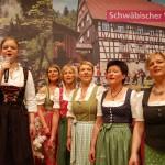 Bei der Geburtstagsshow für die Schwäbische Waldbahn gaben adrette Frauen in schönen Dirndln den Ton an.
